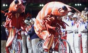 扮成大虾的表演者骑车绕场表演,为奥运闭幕式助兴