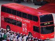 伦敦巴士开进闭幕式会场