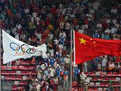 奥林匹克会旗和五星红旗飘扬